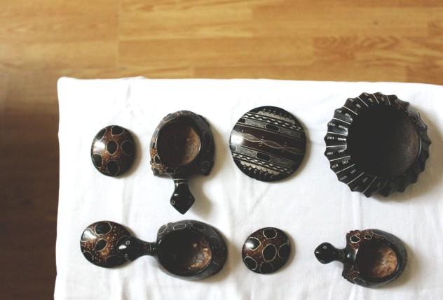 Petites tortues et cendrier rond faits en terre cuite et séchés pendant deux semaines avant d'être passés au four traditionel - Motifs Tribal Chic